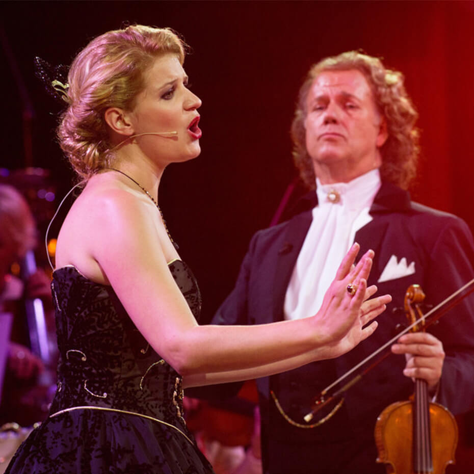 Mirusia singing with Andre Rieu